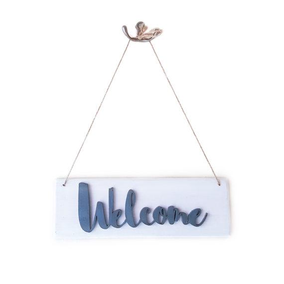 Дървен висящ надпис Welcome в бяло и сиво
