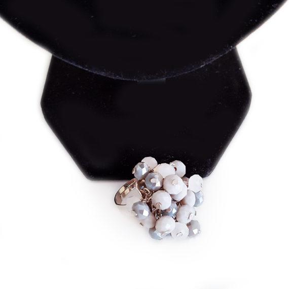Красив пръстен с кристали в сивата гама