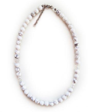 Колие от естествени камъни – тюркоаз хаулит и кристали Сваровски