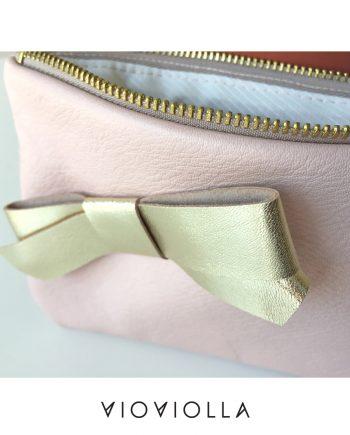 Стилно кожено портмоне в бледо розово със златиста панделка