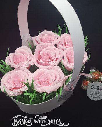 Прекрасна кутия с цветя и бонбони Basket With Roses