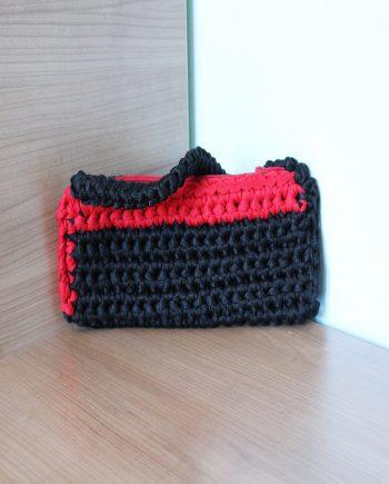 Ефектен плетен дамски клъч в черно и червено