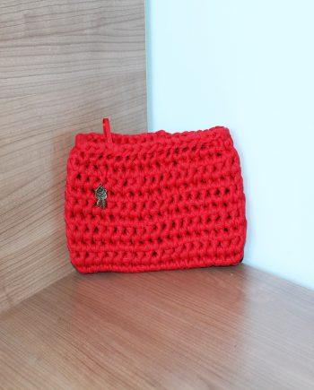 Нежен и стилен плетен дамски клъч в червено