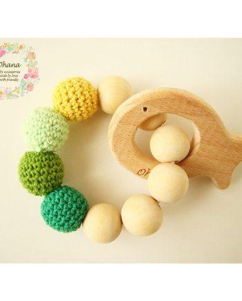 Бебешка гризалка с плетени топчета и дървена рибка