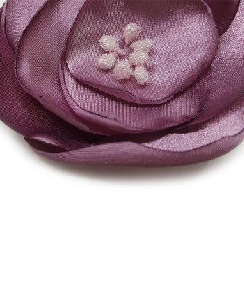 Красива текстилна брошка цвете в нежен цвят пепел от рози