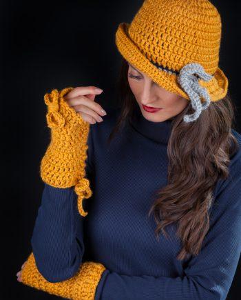 Красив комплект от шапка с периферия и плетени ръкавици в тиквено жълто