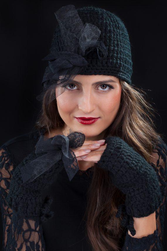 Красив комплект шапка с дантела и ръкавици в черно, червено и екрю