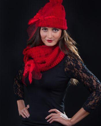 Красив комплект от класическа шапка и яка с връзка в ярко червено