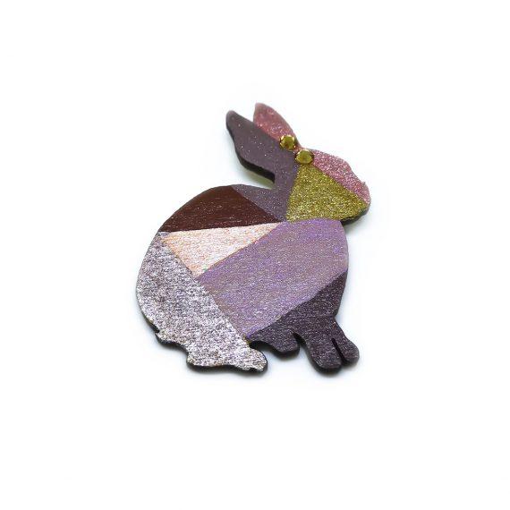 """Стилна дървена брошка """"Зайче"""" в топли цветове и с два камъка цирконий"""