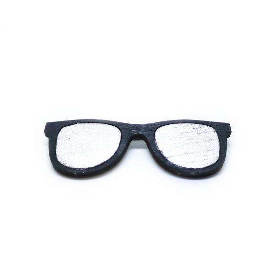 """Стилна дървена брошка """"Очила"""" в черно и бяло"""