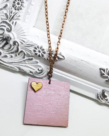 Стилно розово квадратно колие с елемент сърце