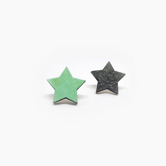"""Шикозни дървени обеци """"Звездички"""" в черно и зелено"""