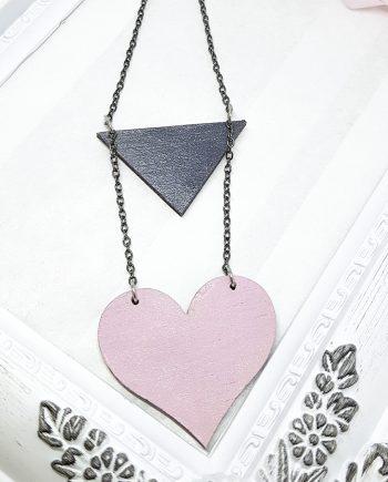 Нежно колие сърце в розово с черен триъгълник