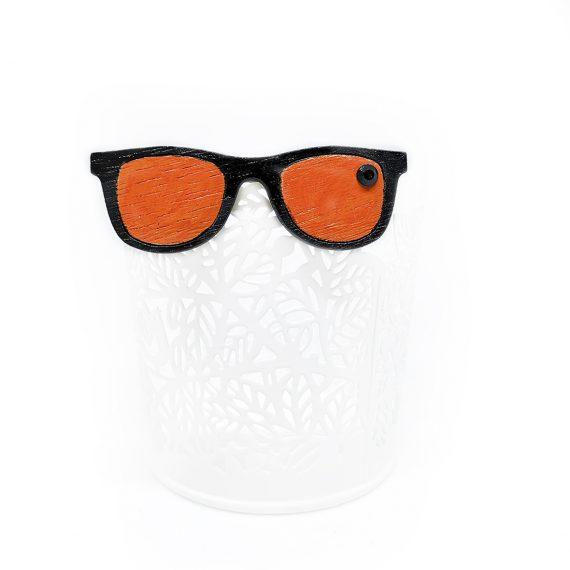 """Шикозна дървена брошка """"Очила"""" в черно и оранжево"""
