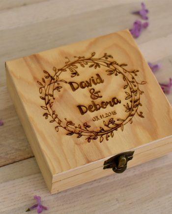 Гравирана дървена кутия за брачни халки