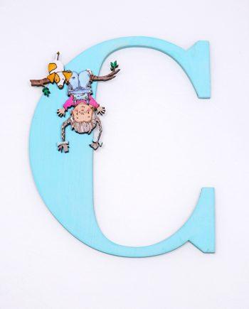 Дървена буква за стена в светло син цвят с весело момиченце и куче