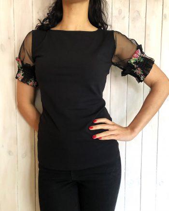 Нежна тениска в черен цвят с дантелени ръкави и цветни мотиви