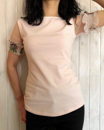 Нежна тениска в цвят екрю с дантелени ръкави и цветни мотиви