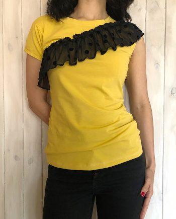 Свежа тениска в жълт цвят с дантела
