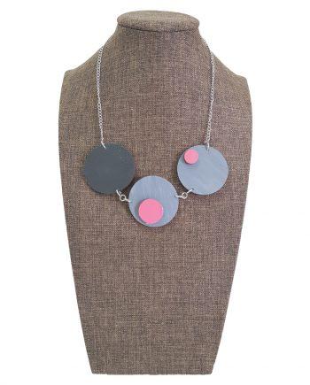 Стилно колие кръгове в сиво и розово