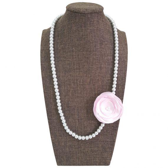 Нежно колие с перли и текстилно цвете
