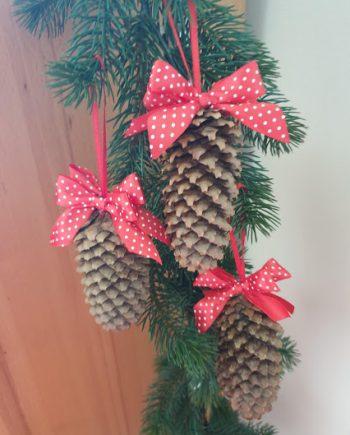 Коледна декорация - шишарки