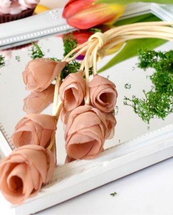 Колие с текстилни цветя и велурена връв