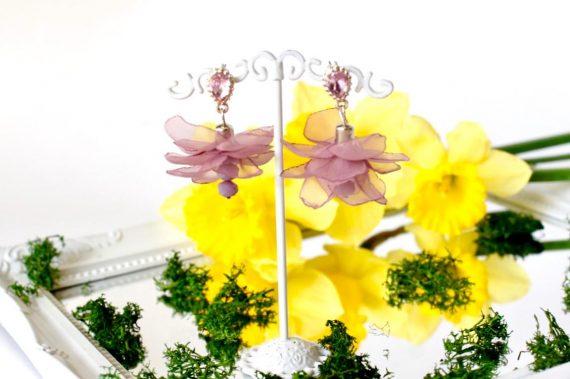 Стилни обеци с висящи текстилни цветя и кристали