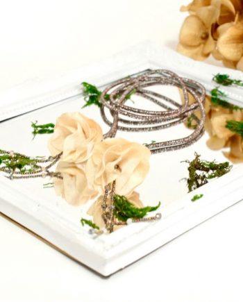 Нежно колие от изкуствени цветя, декорирано с кристали и мъниста